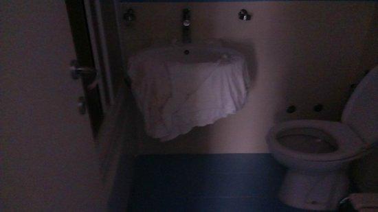 Hotel Mondial: Bathroom Towels