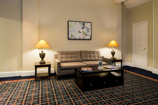 Old Colony Inn Alexandria: Relax in our downstairs lobby.