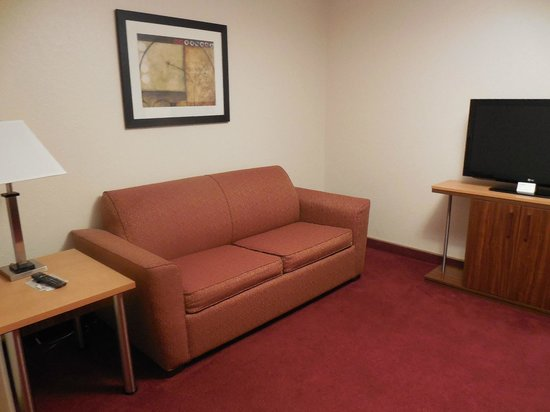 Northfield Inn, Suites & Conference Center: Sofa in separate room