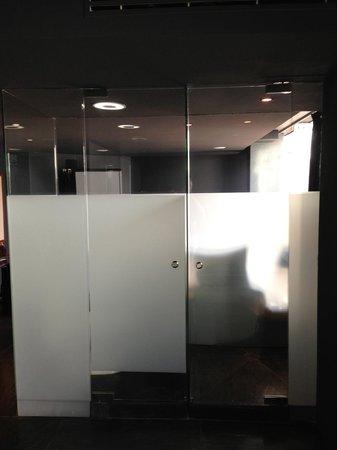 Hotel Demetria: Left Side Toilet, Right Side Shower