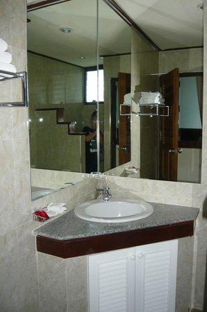 Baan Pa Ploy: ห้องน้ำ ไม่ได้กว้างมากนัก แต่ก็พอเหมาะกับการใช้สอย