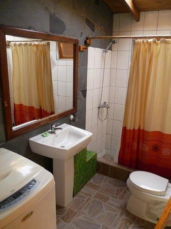 Hostal Sumaj Jallpa: Baño (tiene lavarropas!)