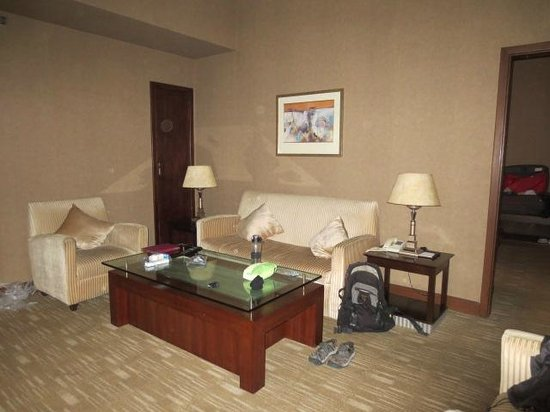 Comfort Inn & Suites: sitting room of suite