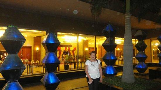 Crowne Plaza Hotel Gurgaon : patio interno de noche