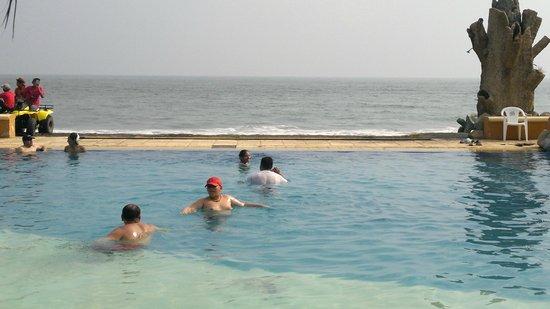 Cayman Suites: la piscina mas grande frente al mar