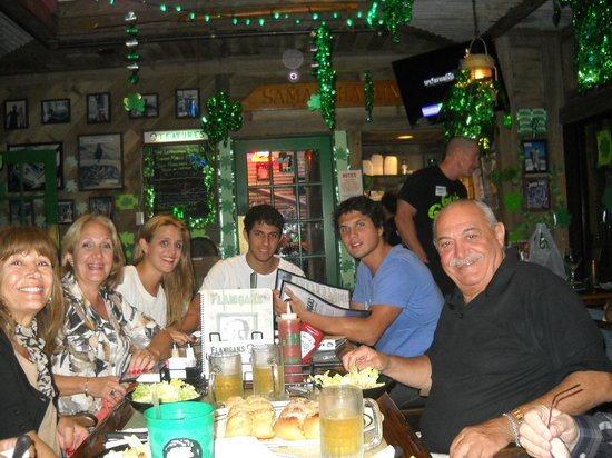 Flanigan's Seafood Bar and Grill : Noche irlandesa San Patricia