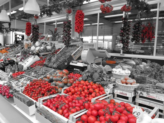 Eating Italy Food Tours: Perfect tomatoes at the market