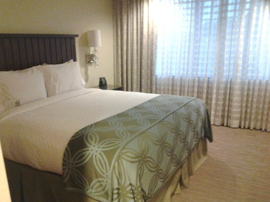 Embassy Suites by Hilton San Diego - La Jolla: king size bed
