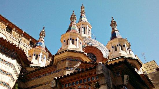 Lloret de Mar, España: Iglesia (en el centro). Arte catalán moderno