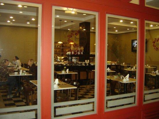 Transamerica Prime Batel: Vista del desayunador y cafetería desde el lobby