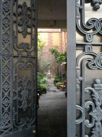 El patio 77, first eco-friendly B&B in Mexico City: Entrance to the inn...