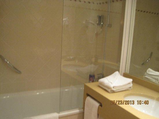 Le Relais du Louvre: bathroom