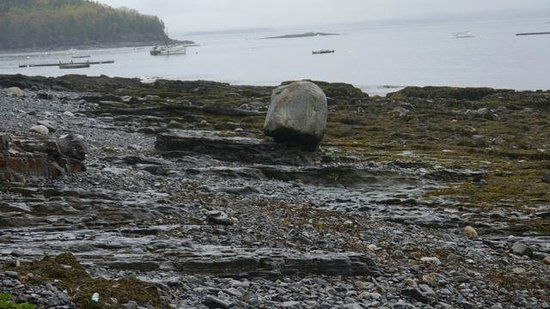 Balance Rock Inn: Balance Rock on the beach