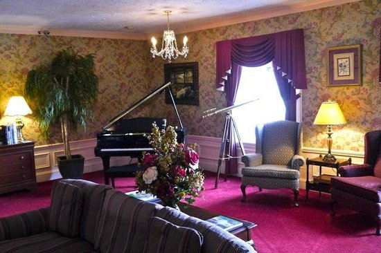 Balance Rock Inn: Piano Room