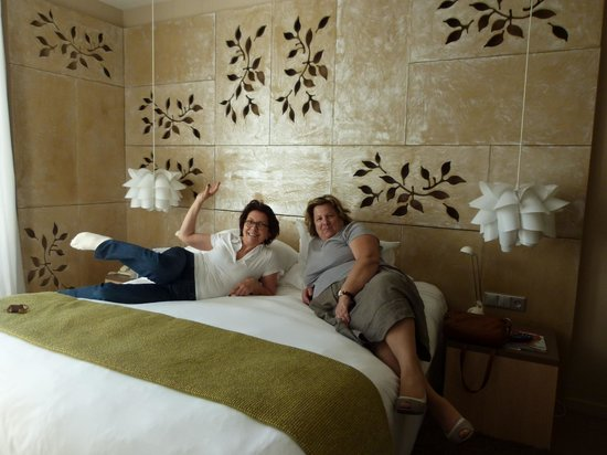 Hotel Cezanne: after a long drive, we feel the bed.