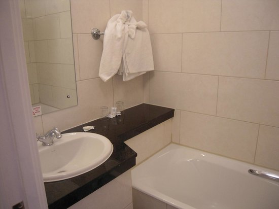 Imperial Hotel: Bathroom with sink and bathtub