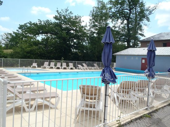 Résidence-Club Odalys Le Hameau du Lac : La piscine chauffée vue 2
