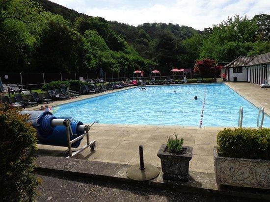 Mercure Box Hill Burford Bridge Hotel: Heated pool.