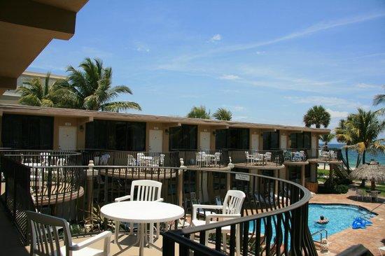High Noon Beach Resort : jedes Zimmer hat einen großen Balkon im Obergeschoss