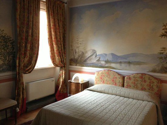 Alla Corte Degli Angeli: A lovely double room - observe the paintwork!