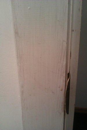 Monticello Inn: Very dirty walls & frames.