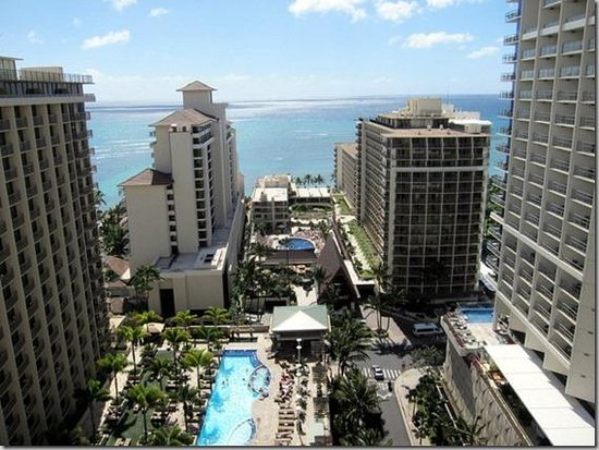 Embassy Suites by Hilton Waikiki Beach Walk : Two towers, 4th floor pool and lanai