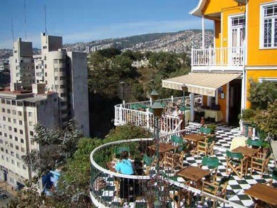 The Brighton Vista Hacia La Terraza En El Fondo Los Cerros De Valparaiso