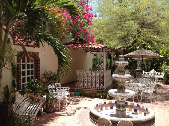 Flor de Michoacan: Gorgeous patio