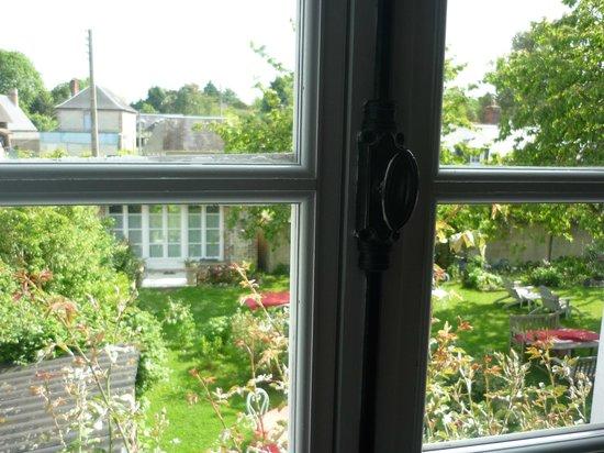 Aux Rives de Honfleur : Vue de la chambre 'Cerisier' sur le jardin