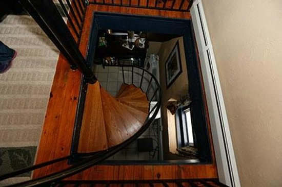 By the Side of the Road Inn & Cottages: Spiral Staircase in Fitzgerald Cottage leading to bathroom