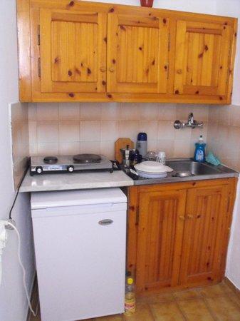 Korina Apartments: kitchenette