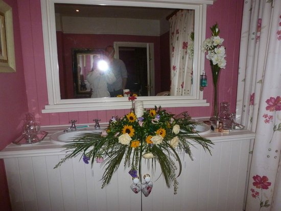 Malin Hotel: Our wedding flowers at the 2 sinks