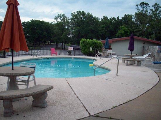 Beaver Lake Lodge of the Ozarks : nice looking pool between two buildings
