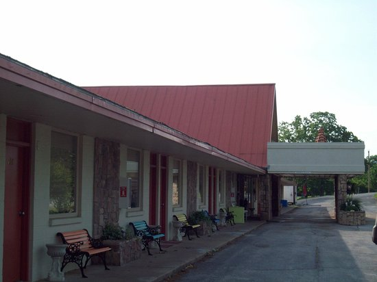 Beaver Lake Lodge of the Ozarks : middle building with office
