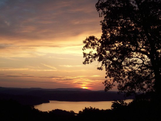 Beaver Lake Lodge of the Ozarks : beautiful sunrise right out the door