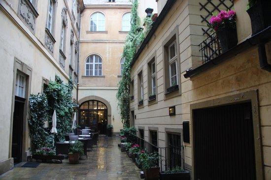 Hotel U Zlateho Jelena: cortile