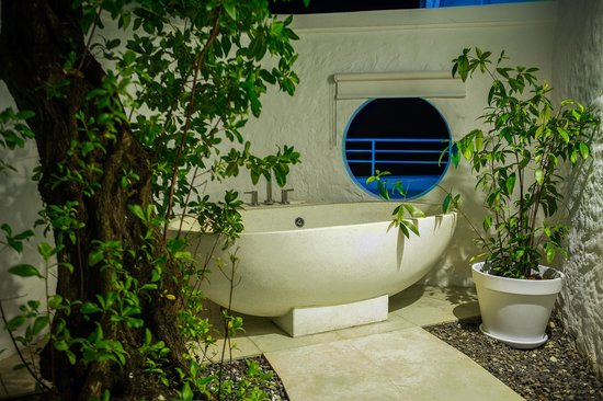 The Trident Hotel : Outdoor Bathtub