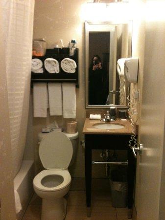 La Quinta Inn Manhattan: bathroom
