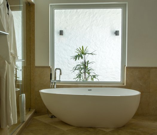 The Trident Hotel : Indoor Bathtub