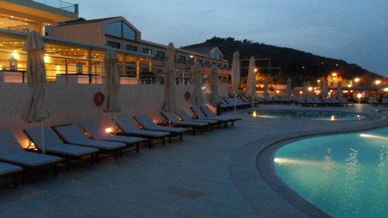 Kiani Beach Resort Family All Inclusive: A la tombé de la nuit, vue sur la piscine et la salle à manger