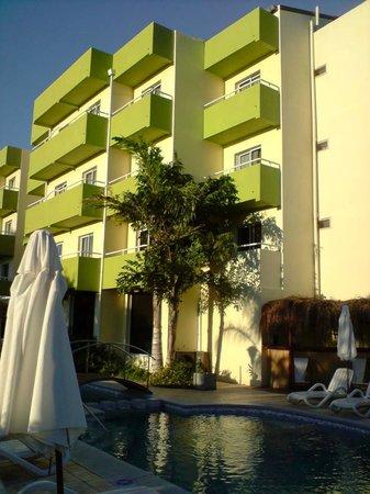 Apart Hotel Federacion: Parte trasera del hotel que da a las termas