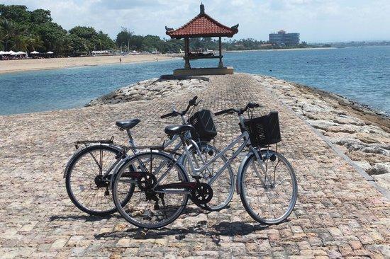 Villa Tanjung Mas: Met de fietsen over de lange 'strandboulevard'
