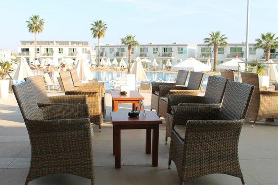 Sunprime Ayia Napa Suites: Del utav Lounge området, utsikt över poolen