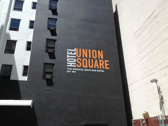 Hotel Union Square: Back of hotel facing Ellis St. Use this exit/entrance to go to Moscone Center