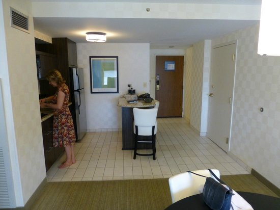 Hampton Inn & Suites Chicago - Downtown: Kitchen area of corner suite