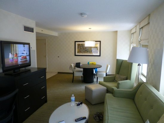 Hampton Inn & Suites Chicago - Downtown: lounge/dining area