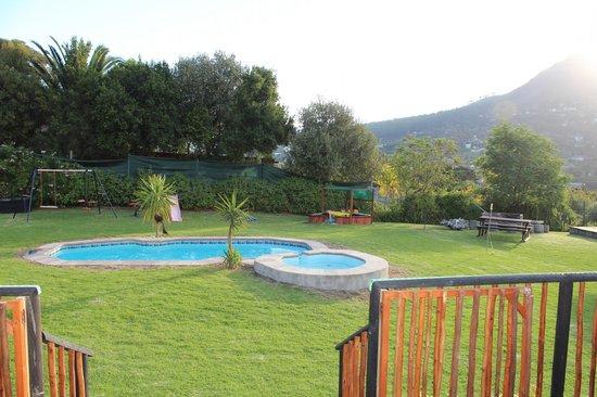 African Family Farm: Ein Teil des Gartens, Blick von der Terrasse