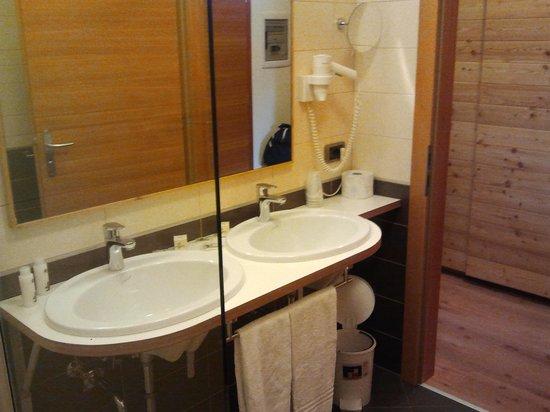 Adriana Family Hotel: lavandini bagno