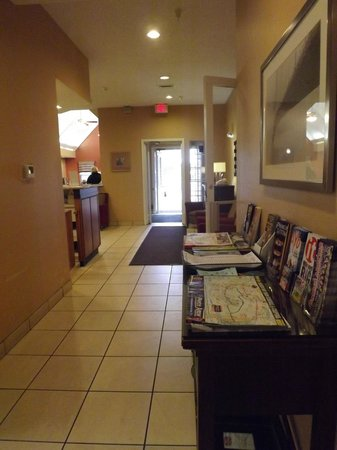 Residence Inn Branson: Main walkway to lobby. Exit doors propted open when laundry is running in hallway.