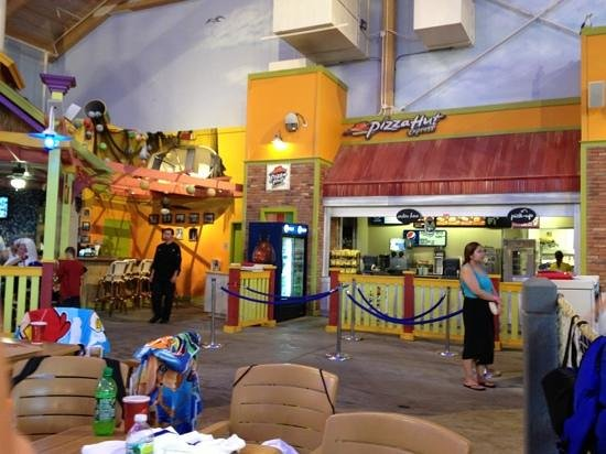 Coco Key Water Resort at Courtyard by Marriott Fitchburg: Dining option at the water park itself - A&W and Pizza Hut